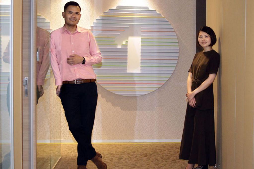 TIDAK PERLU BERGEGAS PULANG: Encik Muhammad Ashik Ishak yang bertugas sebagai pereka grafik di Deloitte Singapore mendapat waktu kerja fleksibel Ramadan ini. Di sebelahnya ialah penyelia beliau yang juga pengarah pemasaran dan komunikasi, Cik Jeanette Juay. – Foto BM oleh ZHANG XUAN