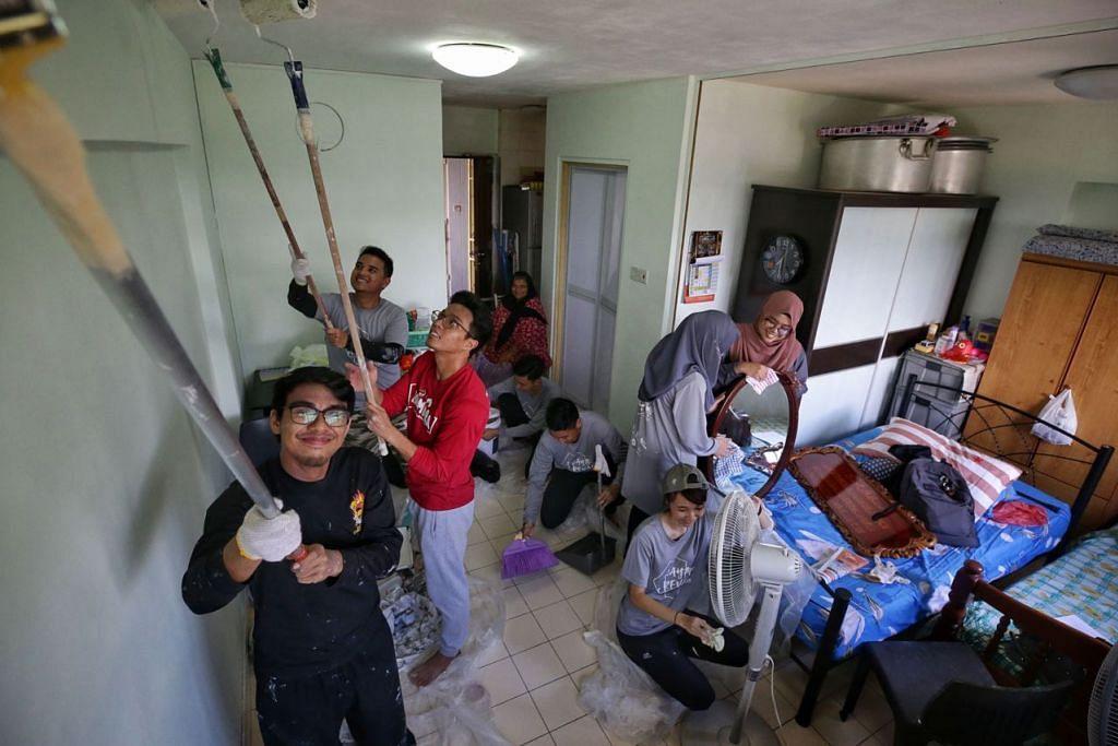 PROJEK AMAL RAMADAN: Lebih 100 belia meluangkan hujung minggu mereka membersih dan mengecat rumah keluarga kurang berkemampuan di kawasan Clementi. Acara itu dianjurkan oleh Yusra, kumpulan belia NTUMS. - Foto BH oleh KEVIN LIM