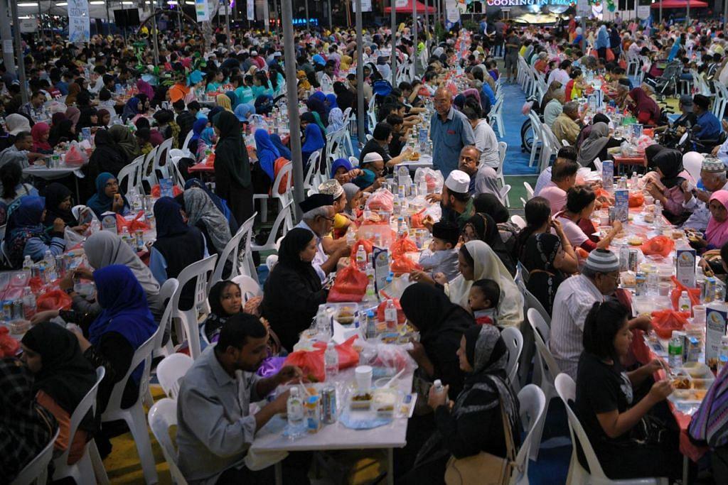 IFTAR HARMONI: Antara iftar terbesar tahun ini ialah Iftar Harmoni di Kelab Masyarakat Kampong Ubi yang melibatkan 4,500 tetamu - termasuk golongan memerlukan daripada pelbagai bangsa dan agama serta warga baru. - Foto BH oleh MARK CHEONG