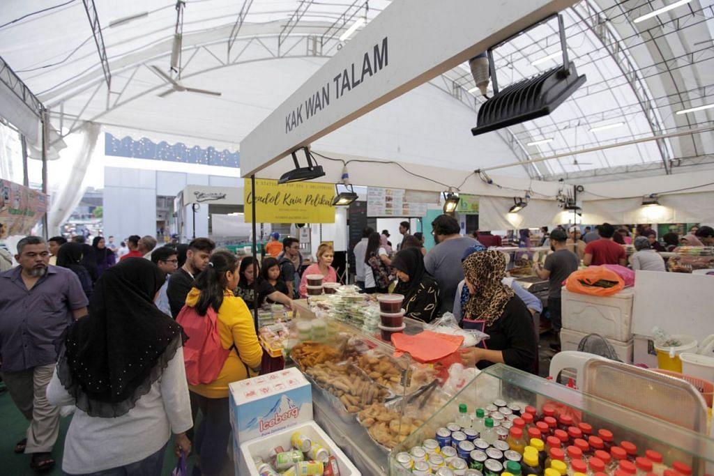 PELUANG PERNIAGAAN: Banyak gerai bazar Geylang Serai tahun ini menjual juadah tradisional dengan sentuhan moden untuk menyesuaikan kepada cita rasa anak muda. - Foto BH oleh IQBAL FAIZAL