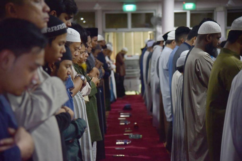 HIDUPKAN 10 MALAM TERAKHIR: Jemaah menghidupkan 10 malam terakhir Ramadan dengan menghadiri majlis qiamulail di masjid setempat. Sejak beberapa tahun lalu, permintaan bagi majlis tersebut semakin meningkat. - Foto BH oleh JASMINE CHOONG.