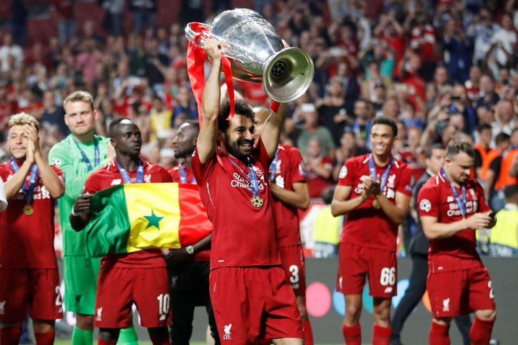 KEMENANGAN MANIS: Mohamed Salah menjulang trofi menyusuli kejayaan pasukannya merebut gelaran juara dalam perlawanan akhir Liga Juara-Juara Eropah selepas menewaskan Tottenham Hotspur 2-0. - Foto REUTERS