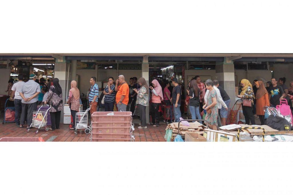PASAR MARSILING: BERATUR PANJANG: Ramai membanjiri Pasar Marsiling semalam, sehinggakan mereka yang mahu membeli daging perlu beratur dalam barisan yang panjang. - Foto BH oleh IQBAL FAIZAL