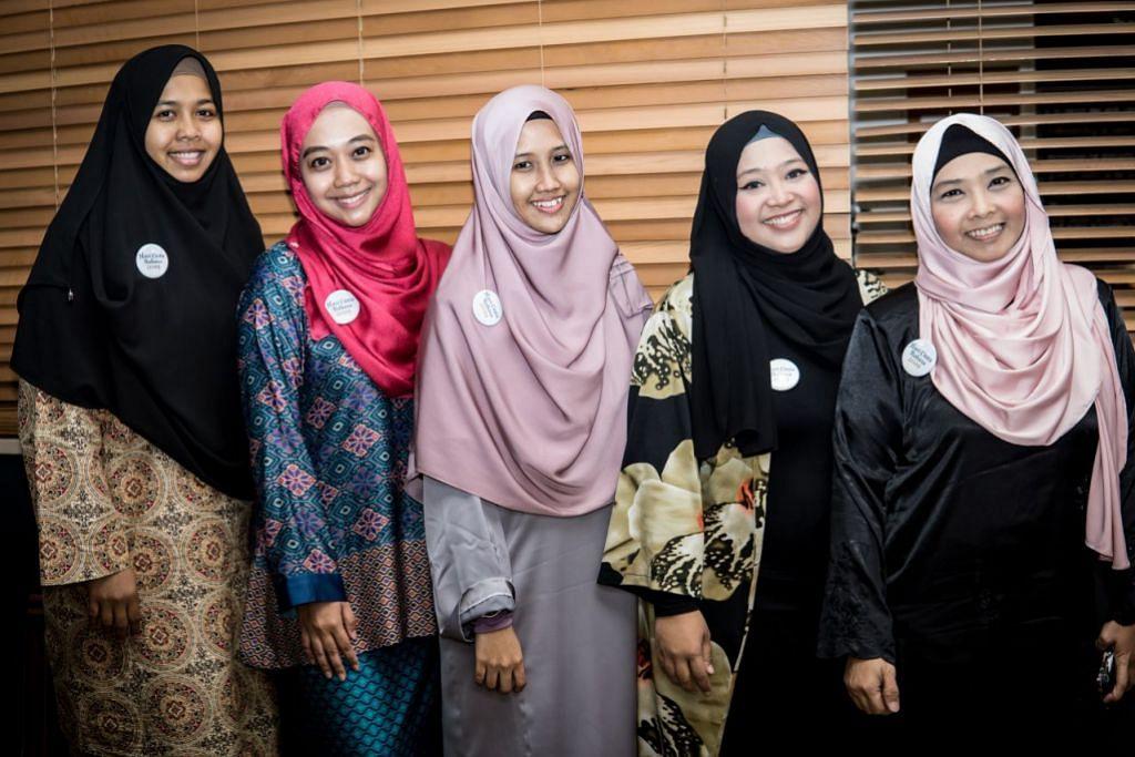SEMARAK BAHASA: Antara personaliti yang terlibat dalam Hari Cinta Bahasa - acara tahunan anjuran The Bambini SG, dengan kerjasama Widz.Studio, The Resource Campus dan Sarah Balkiss - ialah (dari kiri) Cik Zakiah Muhamad, Cik Nurain Syakirah Nordin, Cik Nur Khairiah Mohd Amin, Cik Erma Othman dan Cik Nurlinda Othman. Acara diadakan di Alqudwah Academy.