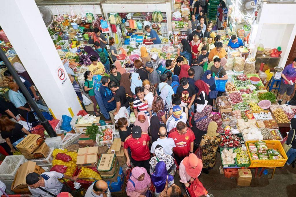 PASAR GEYLANG SERAI: BERPUSU-PUSU: Ramai orang berpusu-pusu ke pasar Geylang Serai untuk membeli rempah ratus, sayur, dan bahan untuk memasak juadah Hari Raya. - Foto BH oleh ROSLEE ABDUL RAZAK