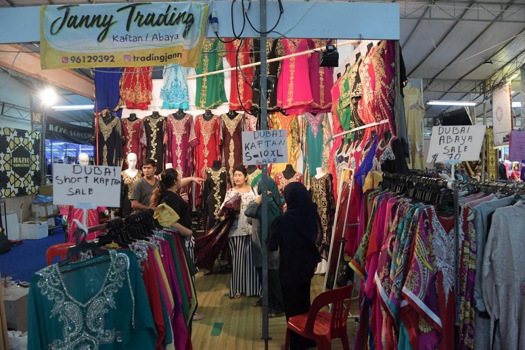 SYAWAL MENJELANG: Ramai pembeli-belah pergi ke bazar pada saat-saat terakhir kerana mengharapkan potongan harga bagi barangan tertentu. Namun kebanyakannya sekadar ingin merasai suasana perayaan di sana.
