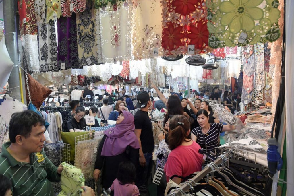 KIAN SIBUK: Malam yang kian larut mengundang lebih ramai pembeli-belah di Geylang Serai.