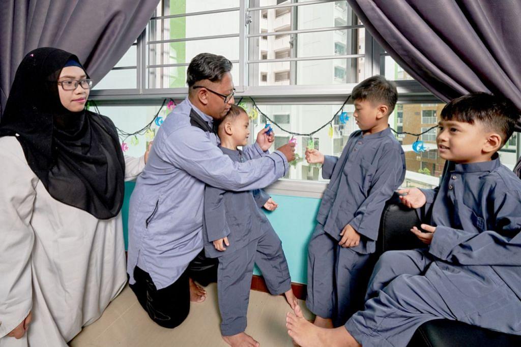 AKHIRNYA ADA RUMAH SENDIRI: Encik Muhammad Ismadi Ismail sedang memasang lampu lap lip bersama tiga anaknya - (dari kanan) Muhammad Akif Ihsan, Muhammad Airil Ihsan dan Muhammad Ariq Ihsan, sambil diperhatikan oleh isterinya, Cik Nur Amalina Yahya. - Foto ROSLEE ABDUL RAZAK