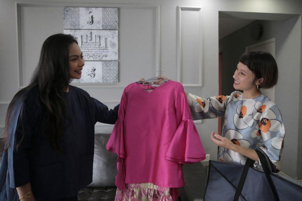 JIMAT WANG: Cik Nurulhuda (kiri) gembira dapat menjimat wang dengan memanfaatkan khidmat yang ditawarkan Cik Arina (kanan) untuk menyewa baju bagi Lebaran. - Foto BH oleh JASON QUAH