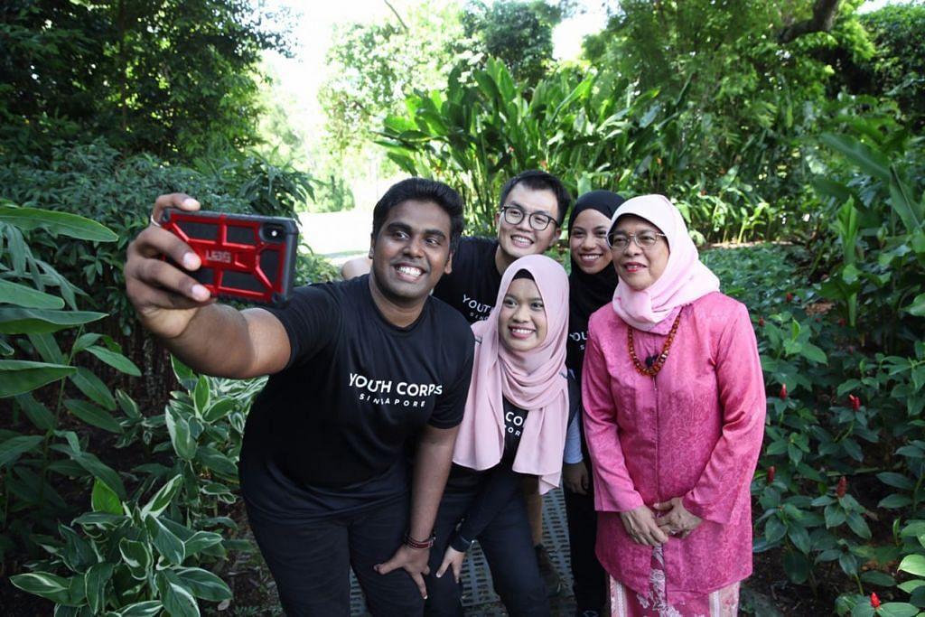 VIDEO HARI RAYA: Sekumpulan relawan daripada Youth Corps Singapore berpeluang muncul dalam video Hari Raya bersama Presiden Halimah Yacob tahun ini. - Foto ISTANA