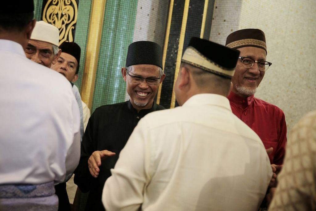 FABRIK KEHARMONIAN DIKEKALKAN: Encik Masagos (tengah) seru masyarakat Islam Singapura mengekalkan serta mengeratkan lagi hubungan sesama manusia.