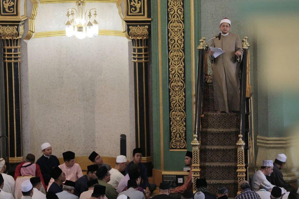 KHUTBAH AIDILFITRI: Mufti Negara, Dr Fatris Bakaram, menyampaikan khutbah Hari Raya Aidilfitri di hadapan jemaah di Masjid Sultan. - Foto BH oleh JASON QUAH