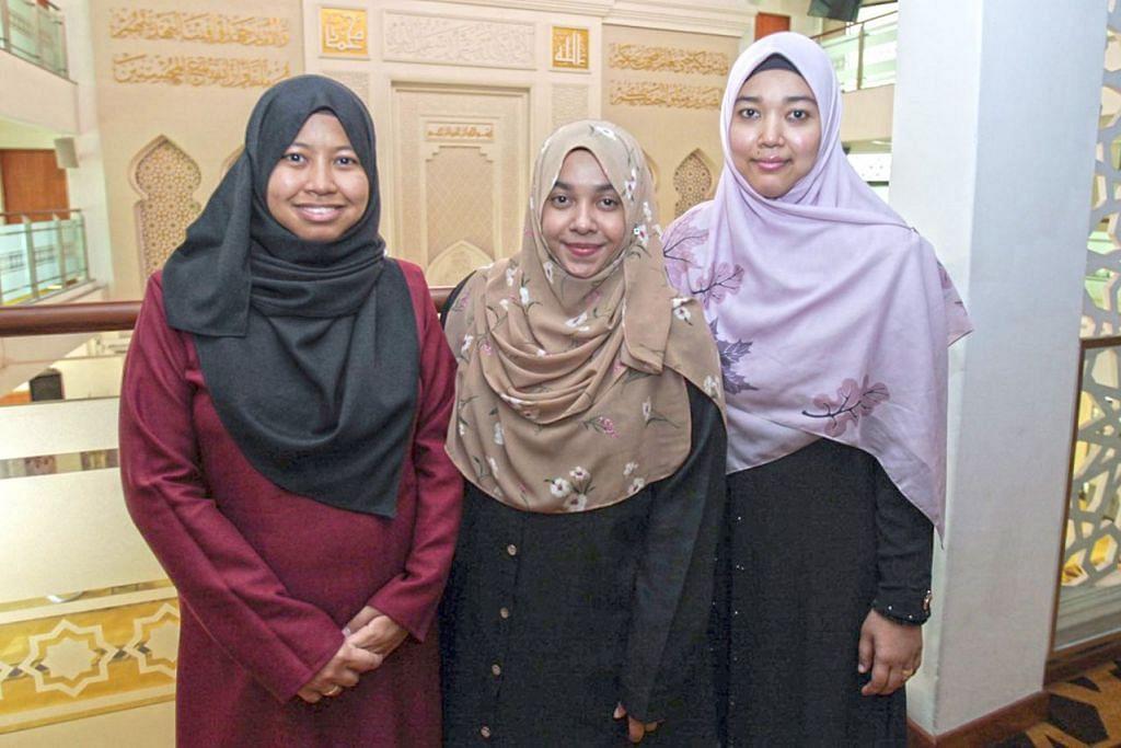 MAKNA BERMAAF-MAAFAN DALAM LEBARAN: (Dari kiri) Ustazah Nurul Nafiah, Ustazah Siti A'isyah dan Ustazah Siti Khadijah mengupas erti di sebalik kebiasaan memohon dan memberi maaf yang sudah menjadi sebati dalam jiwa masyarakat Islam ketika menyambut Hari Raya Aidilfitri. - Foto BH oleh IQBAL FAIZAL