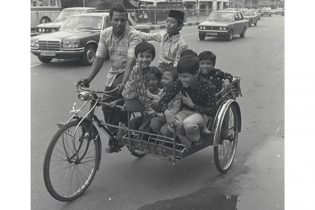 NOSTALGIA: Tahun 1970-an - KUNJUNG-MENGUNJUNG NAIKI BECA Kanak-kanak ini begitu gembira dibawa kunjung-mengunjung dengan menaiki beca - antara pengangkutan utama semasa zaman di kampung dulu. Foto ini dipetik pada 1974