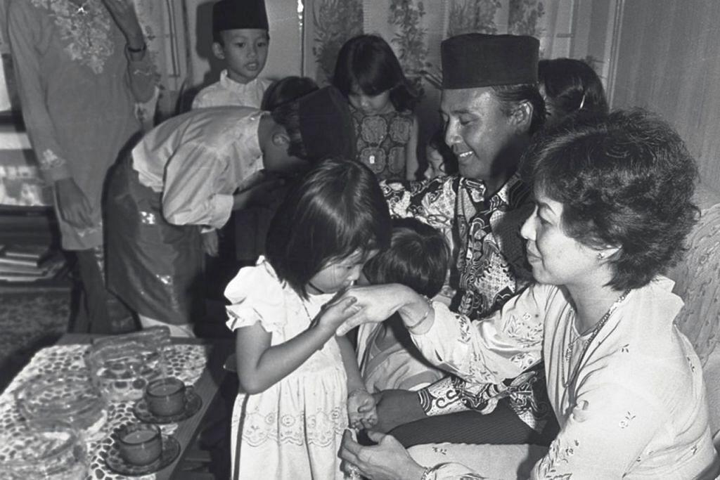 NOSTALGIA: Tahun 1980-an - SALING MOHON MAAF Anak-anak ini mencium tangan sambil memohon kemaafan daripada ibu bapa mereka di pagi Raya. Foto ini dipetik pada 1983.
