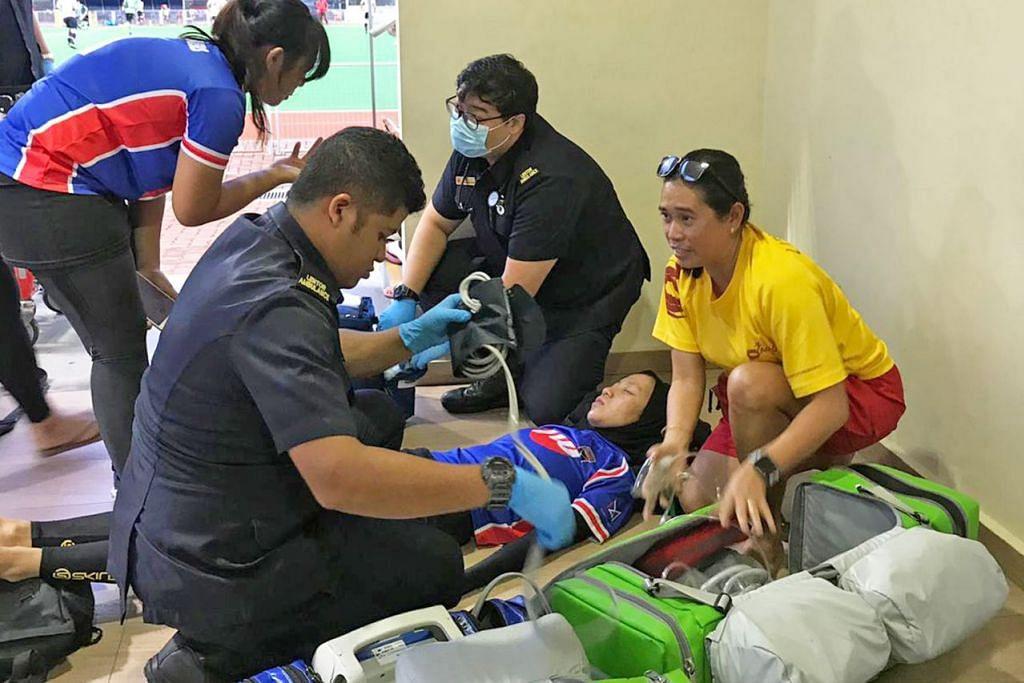 REBAH SEHINGGA HILANG PERGERAKAN: Siti Nur Raihanah (baring) dibantu oleh paramedik selepas rebah ketika bertembung dengan pemain lawan dalam perlawanan Liga Kebangsaan Hoki. - Foto SYAHREENA ZAINUDIN