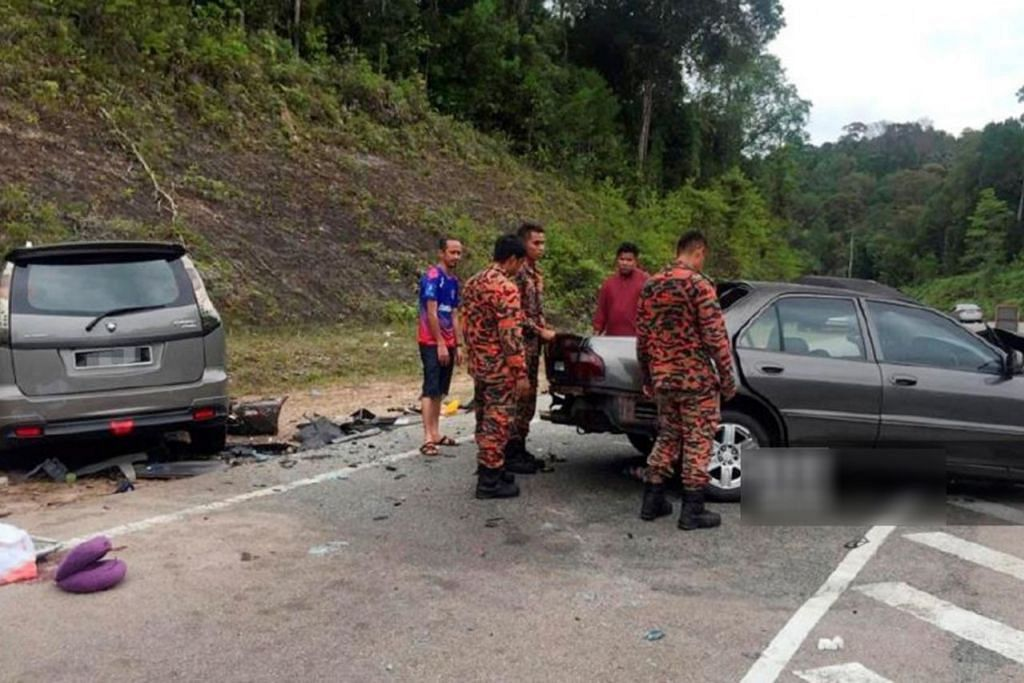 NAHAS NGERI: Tiga beranak meninggal dunia dalam kemalangan melibatkan Proton Wira dan Proton Exora di Jalan Mersing-Endau, Mersing. – Foto JABATAN BOMBA DAN PENYELAMAT MALAYSIA