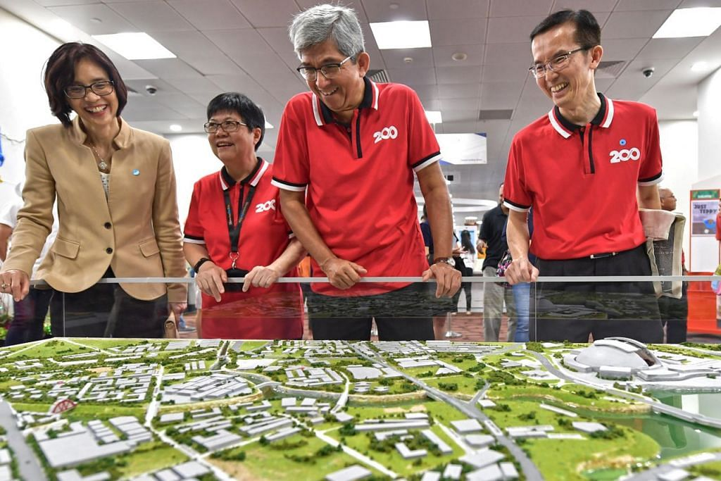 MERAKAM SEJARAH: Dr Yaacob sedang meninjau model Sungai Kallang yang merupakan sebahagian daripada pameran khas bagi memperingati sejarah sungai terpanjang Singapura itu, sempena sambutan 200 tahun negara ini. - Foto BM oleh NG SOR LUAN