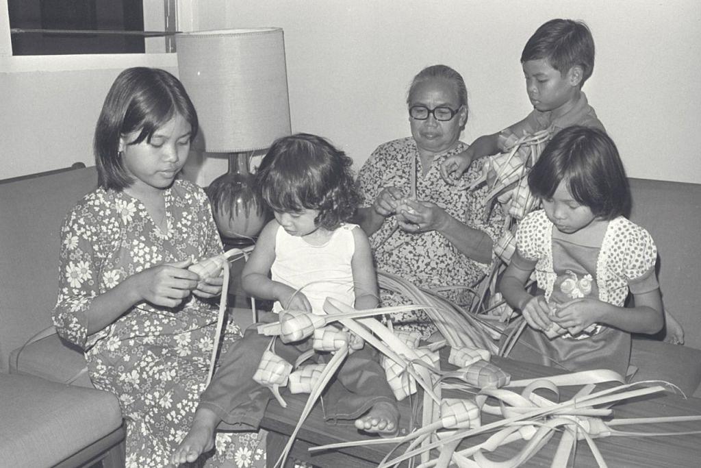 GOTONG-ROYONG TRADISI MASYARAKAT: Dahulu menjadi kelaziman anggota keluarga bergotong-royong menganyam ketupat untuk menjadi santapan 'wajib' pada Hari Raya. - Foto fail