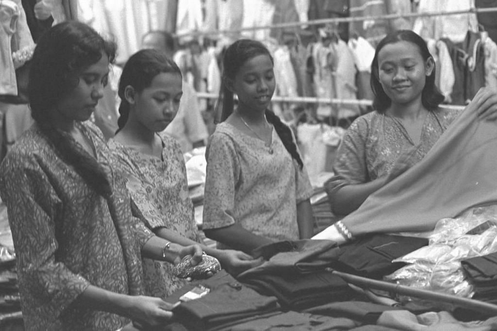 BELI-BELAH RAYA WAKTU DULU: Tidak seperti sekarang, generasi lama tidak mempunyai banyak pilihan pusat beli-belah ataupun kedai runcit untuk berbelanja baju Raya. - Foto fail