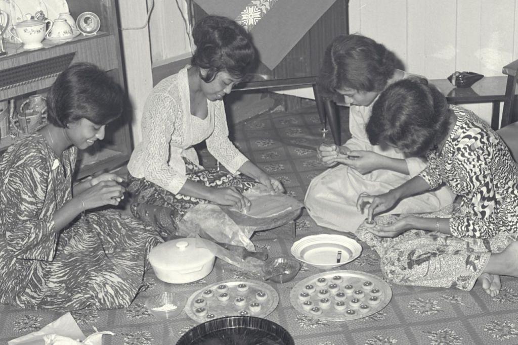 SETAHUN HANYA SEKALI: Kaum Hawa keluarga zaman dahulu memang gemar buat kuih Raya sendiri seperti kuih tart. Biasanya mereka sama-sama bergotongroyong bagi memeriahkan suasana. - Foto fail