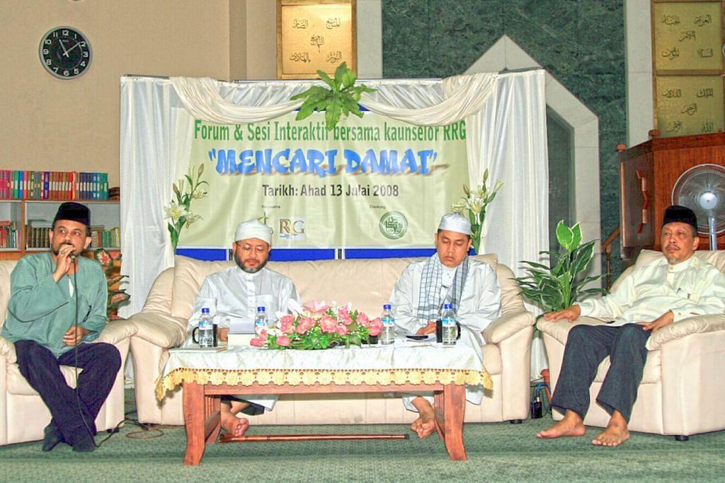 BINCANG TOPIK KEAMANAN: Ustaz Dr Mohamed Feisal Mohamed Hassan (kiri), mempengerusikan satu forum Mencari Keamanan (Looking for Peace) yang pernah dianjurkan oleh RRG, Pergas dan Masjid Kassim. Topik itu dibincangkan bersama Ustaz Hasbi Hassan (kedua dari kiri), Presiden Pergas dan Pengerusi Bersama RRG; Ustaz Jalil (kedua dari kanan), anggota RRG dan sukarelawan Mahkamah Syariah Singapura; dan Ustaz Saripi Rawi (kanan) seorang ahli RRG dan seorang pendakwah bebas. - Foto fail