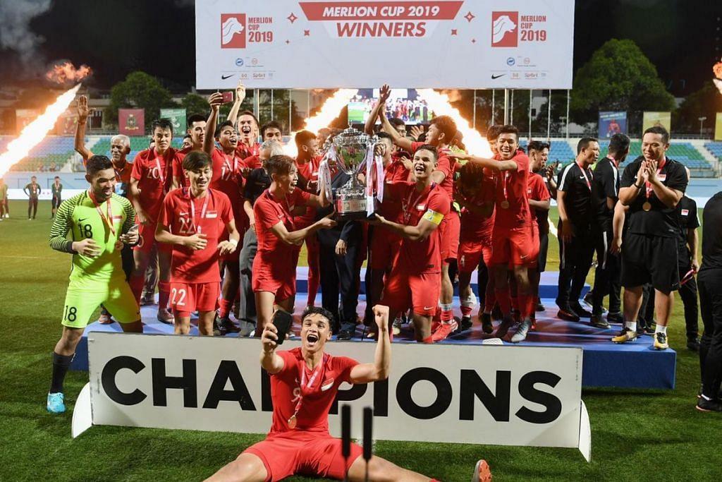 Skuad Singa menjulang Piala Merlion buat julung-julung kalinya hasil tendangan Ikhsan Fandi. FOTO: KHALID BABA