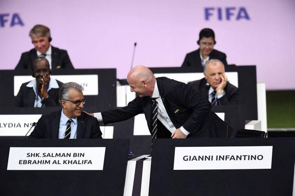 MESYUARAT AFC: Presiden AFC, Salman Bin Ibrahim Al-Khalifa (kiri) berbual mesra dengan Presiden Fifa, Gianni Infantino, sewaktu Kongres Luar Biasa AFC di Paris. China menang hak penganjuran Piala Asia 2023. - Foto AFP