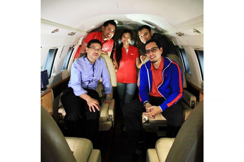 'TERBANG' KE DALAM DUNIA BARU: Encik Abbas Ismail (duduk di kiri) bersama pensyarah kanan, Encik Farid Yusof (duduk di kanan) dan beberapa bekas pelajar mereka, (dari kiri) Muhammad Khairun Syazwin, Nur Qistina Kamsani dan Mohammad Faizal Mahadi, yakin tentang masa depan bidang penerbangan. - Foto fail