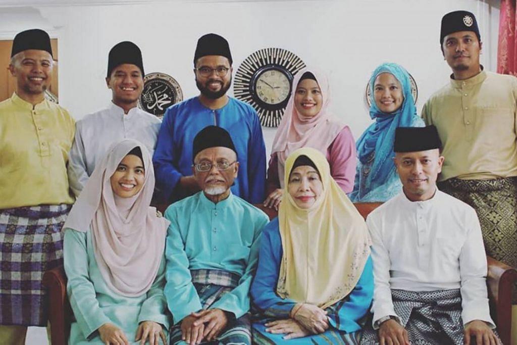 MASIH SIHAT: Ustaz Pasuni (depan, dua dari kiri) dan isterinya Cik Siti Zaliha Mat Amin (depan, dua dari kanan) tetap dalam keadaan sihat sehingga kini. Gambar ini diambil pada 1 Syawal lalu bersama kelapan-lapan anaknya termasuk Cik Nadirah (depan, kiri) dan Encik Ahmad Hilmy (depan, kanan), serta (berdiri dari kiri) Encik Zulkhairi, Encik Irfan, Encik Afif, Cik Dianah, Cik Nazihah dan Ustaz Syakir. - Foto FACEBOOK SYAKIR ABU FAROUQ
