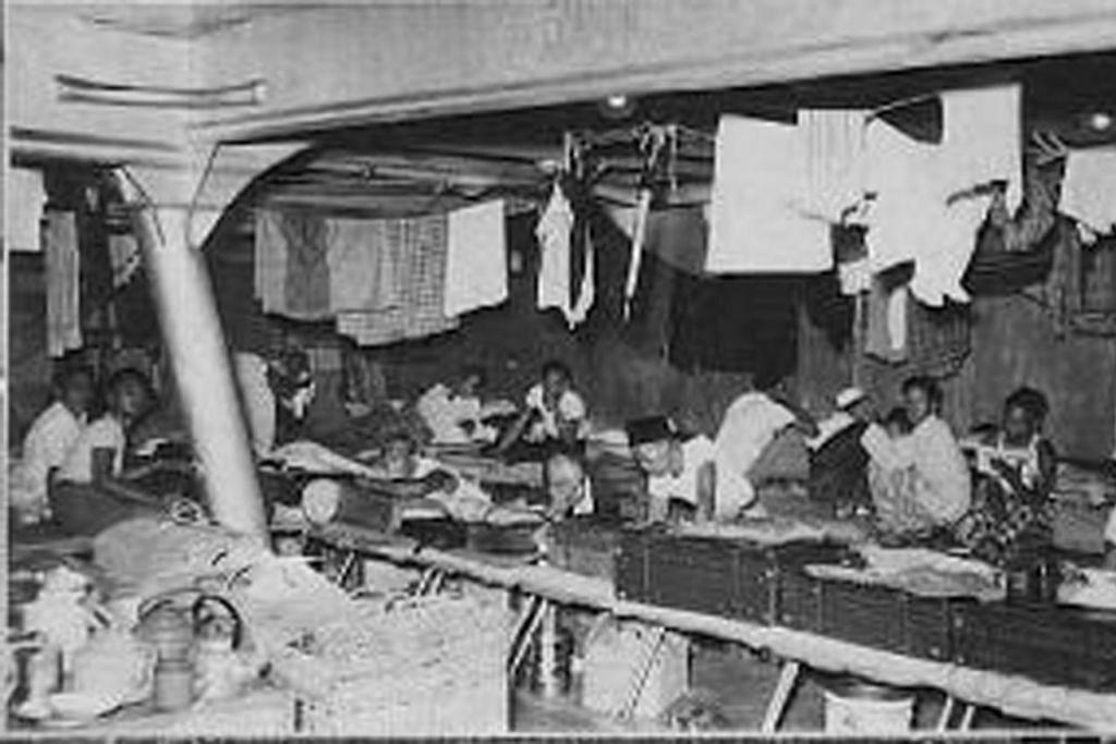 SUASANA DI BAWAH DEK: Jemaah sedang berehat di tempat tidur di bawah dek M.S. Langkoeas yang berangkat dari Tandjong Priok. 1953. - Foto MUZIUM MARITIM ROTTERDAM.