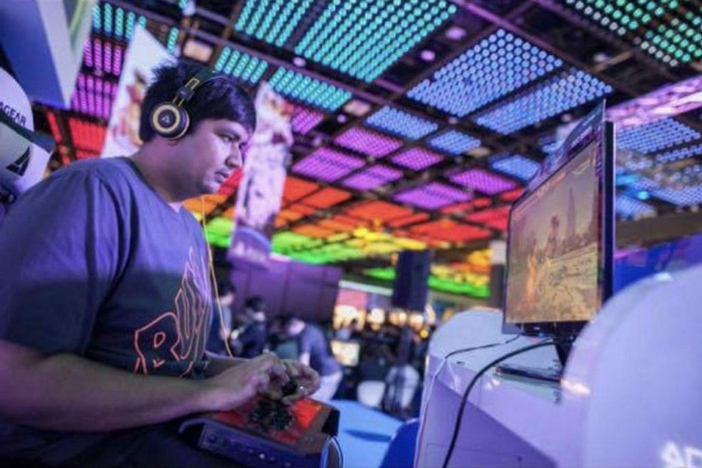BERSUNGGUH-SUNGGUH: Ruslan yang mempunyai peluang mewakili negara bagi permainan Tekken 7 berasa gembira dan sudahpun mula berlatih mengasah kemahirannya dalam permainan itu.- Foto ihsan RUSLAN ABDUL RAHMAN