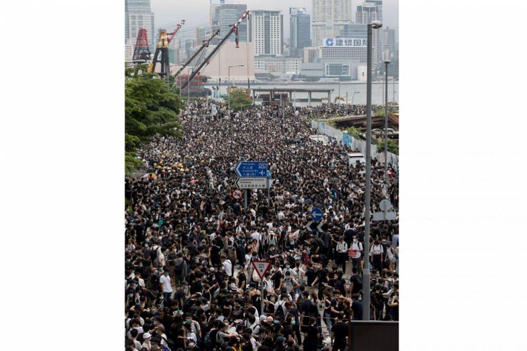 DIBANJIRI PENUNJUK PERASAAN: Ribuan berkumpul di hadapan parlimen Hongkong bagi membantah rancangan memperkenalkan undang-undang ekstradisi baru yang akan membolehkan warganya diekstradisi ke tanah besar China untuk dibicarakan. - Foto EPA-EFE