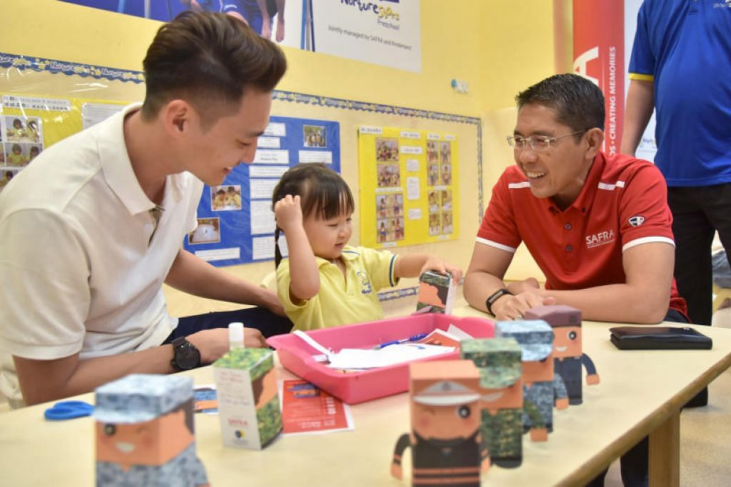 PENGHARGAAN UNTUK BAPA: Dr Maliki (berbaju merah) bertemu dengan beberapa kanak-kanak dari NurtureStars Preschool yang sedang sibuk menghias kad penghargaan yang akan diberikan kepada bapa mereka. Salah seorang bapa yang hadir ialah Encik Lee Chian Ming (kiri), 34 tahun yang sedang menemani anaknya Ashley Lee.