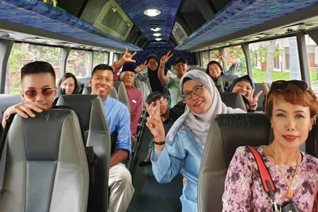 LEBIH SERONOK BERSAMA: Kegiatan menziarahi saudara-mara dan orang tercinta lebih seronok apabila dilakukan bersama seperti keluarga ini yang menaiki bas. – Foto INSTAGRAM LEAWILDLEOPARD