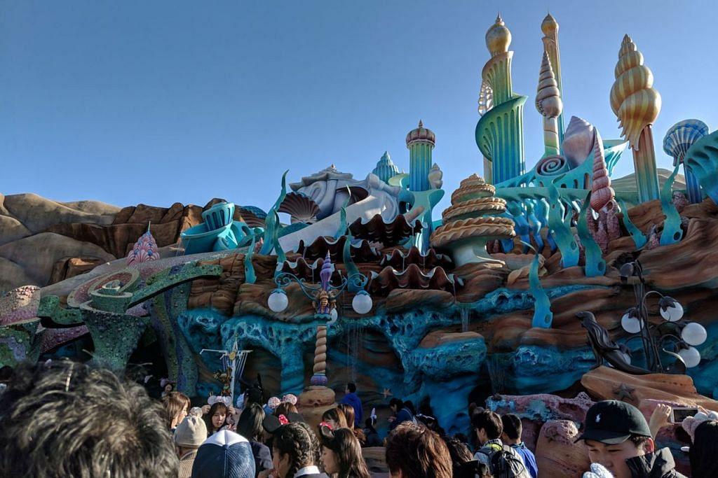 RUMAH DI 'DASAR LAUT': Bangunan ala rumah The Little Mermaid tersergam indah di Tokyo Disneysea. Ia turut menempatkan taman permainan kanak-kanak. - Foto-foto BH ihsan SITI AISYAH NORDIN