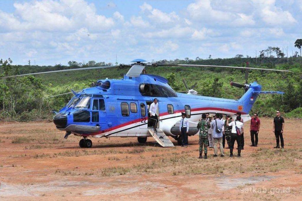 'CARI FEELING': Encik Jokowi turun dari helikopter dan mengadakan perbincangan bersama pegawai semasa meninjau kawasan di Kalimantan Timur bagi lokasi ibu negara baru Indonesia. - Foto FACEBOOK/PRESIDEN JOKO WIDODO