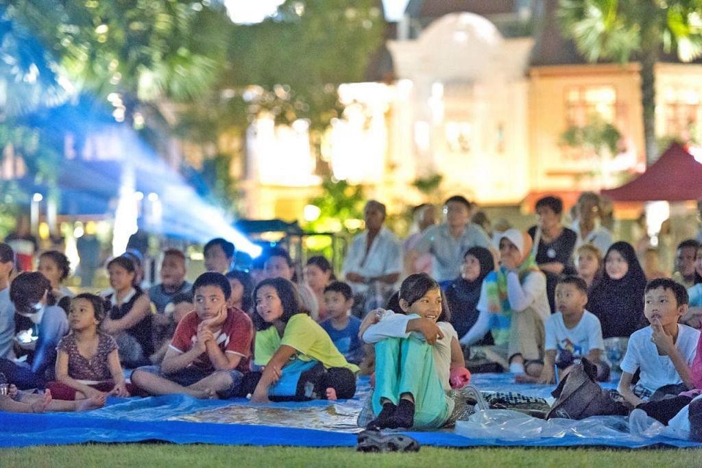 FILEM DI BAWAH KERLIPAN BINTANG: Orang ramai boleh menonton filem klasik P. Ramlee yang akan ditayangkan di Taman Warisan Melayu (TWM) sempena Rumah Terbuka Pesta Hari Raya 2019 hujung minggu ini. - Foto TWM