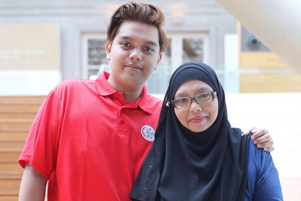 BERAKSI BERSAMA: Tahun ini merupakan kali ketiga Muhammad Danish Firdaus dan ibunya, Cik Siti Rahayu Jass, menyertai Perbarisan Hari Kebangsaan bersama-sama yang akan dilangsungkan di Padang. - Foto BH oleh GAVIN FOO