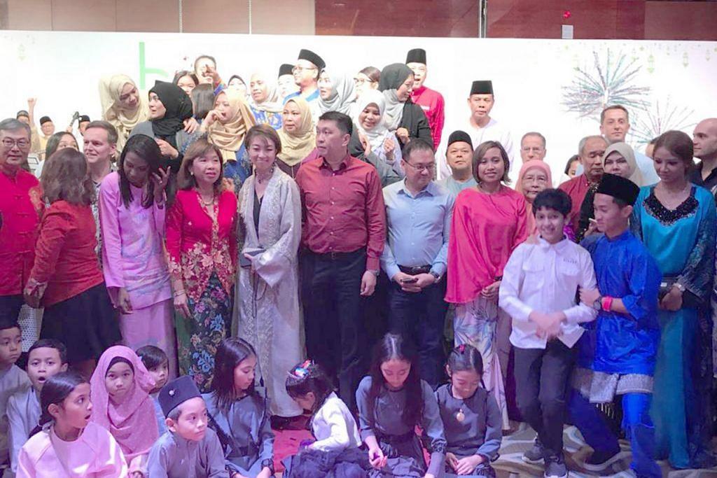 TETAMU KEHORMAT: Peserta dan hadirin tidak mahu ketinggalan untuk bergambar dengan Encik Tan serta Konsul Jeneral UAE, Encik Low Pit Chen.  - Foto ROSEBI MOHD SAH