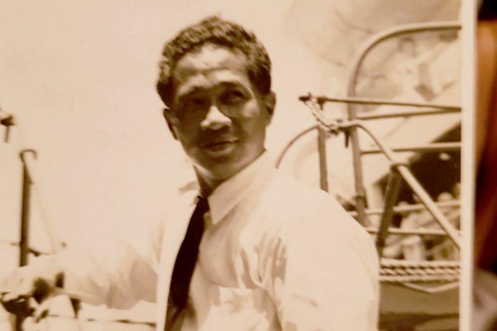 PIKUL TANGGUNGJAWAB PENTING: Haji Mohamed Sidek Siraj (Atas), pegawai haji yang pertama dilantik oleh Muis, semasa pemeriksaan kapal haji M.S. Kuala Lumpur, sebelum ia berlepas ke Jeddah. - Foto ihsan KELUARGA MOHAMED SIDEK SIRAJ