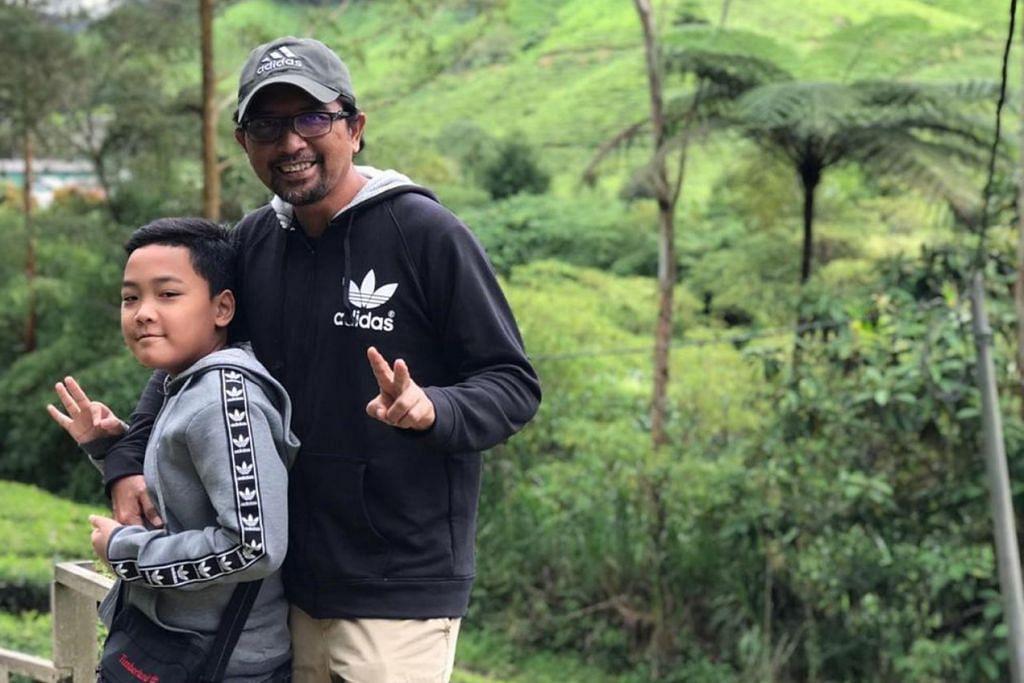 BERGAYA BERSAMA ANAK: Penulis bergambar bersama anaknya, Budi Hayat, di kebun The BOH Cameron Highlands. - Foto ihsan ZAIDI YACOB