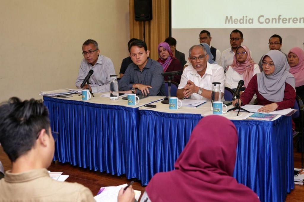 Pengerusi Mendaki Encik Masagos Zulkifli Masagos Mohamad (duduk, dua dari kanan), yang juga Menteri Bertanggungjawab bagi Ehwal Masyarakat Islam menjawab soalan wartawan di sidang media pada 22 Jun.