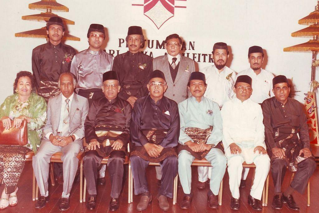 MEMIMPIN DEWAN: Mantan Presiden DPPMS, Syed Ali Redha (empat dari kanan) bersama Jawatankuasa Pengurusannya pada 1996. - Foto fail