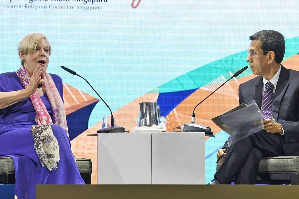 SESI SOAL JAWAB: Presiden Muis, Encik Mohammad Alami Musa (kanan), dan Profesor Karen Armstrong, menjawab beberapa pertanyaan oleh peserta menyusuli penyampaian ceramahnya, termasuk soalan mengenai bagaimana teks agama boleh diambil di luar konteks tanpa memesongkan semangat teks itu. – Foto BM oleh KHALID BABA