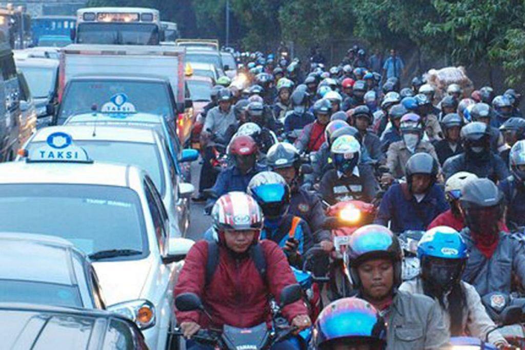 MENEMPUHI 'MACET': Penunggang motosikal dan pengguna jalan raya lain berdepan dengan kesesakan lalu lintas yang teruk atau 'macet' setiap hari di Jakarta. Keadaan ini sering menjadi bahan jenaka warganet ibu kota Indonesia itu.  – Foto fail