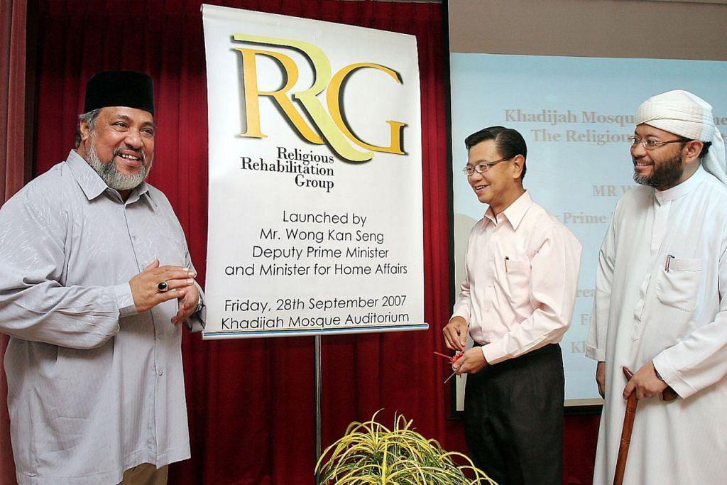 SEPANJANG JALAN KENANGAN PENUBUHAN RRG - RRG DILANCAR: Encik Wong Kan Seng (tengah), yang pada ketika itu Timbalan Perdana Menteri merangkap Menteri Ehwal Dalam Negeri, melancarkan RRG pada 28 September 2007 dengan diperhatikan Ustaz Ali (kiri) dan Ustaz Mohamed Hasbi Hassan.