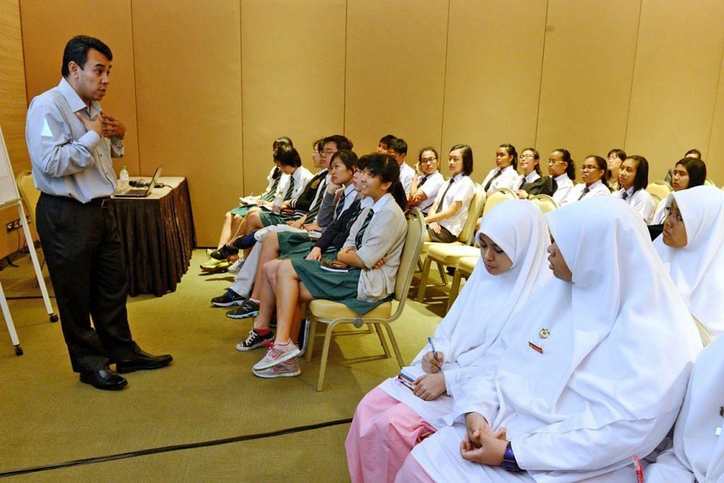 SEPANJANG JALAN KENANGAN PENUBUHAN RRG - MEMBERI TAKLIMAT KEGIATAN: Ustaz Dr Mohamed Ali menerangkan mengenai program kaunseling yang perlu dijalani tahanan Jemaah Islamiyah (JI) kepada pelajar yang menghadiri satu simposium di Singapore Expo pada 2013.