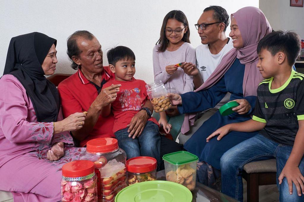 BERSAMA ANAK CUCU: Encik Noorani Mohd Noor (dua dari kiri) bersama (dari kiri) isteri, Cik Sharipah Rogayah Syed Mahmood; cucu, Bazli Qusyairy dan Balqis Quraisyah; menantu Encik Khairul Fitry Biarfin; anak Cik Siti Norhidayah; serta seorang lagi cucu Bazil Khair. - Foto BH oleh ROSLEE ABDUL RAZAK