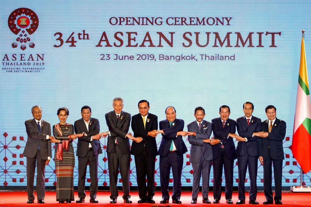 PENTINGNYA UNTUK BERSATU: Pemimpin Asean, termasuk Perdana Menteri, Encik Lee Hsien Loong (empat dari kiri) mengesahkan rangka kerjasama bagi seluruh rantau Indo-Pasifik. - Foto EPA-EFE